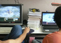 Jugendliche vor einem Computer
